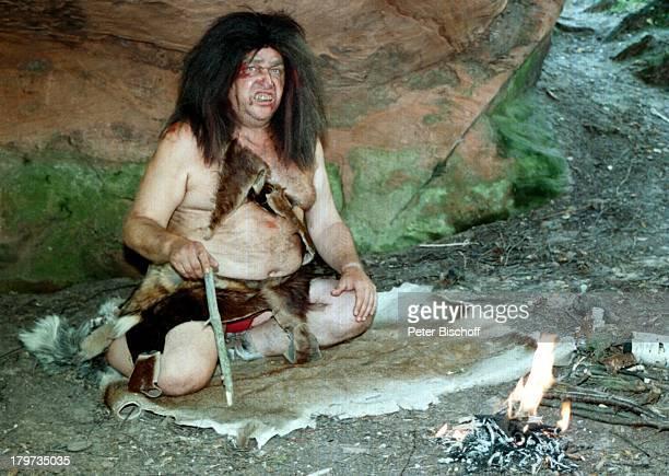 Diether Krebs am Lagerfeuer SAT1SketchSketchShow 'Der Dicke und der Belgier'Neandertaler halb nackt