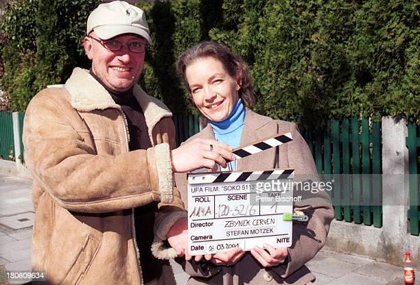 """Dietlinde Turban, Regisseur Zbynek Cerven, ZDF-Serie """"SOKO 5113"""", 275. Folge: """"Die Stimme"""", München, Klappe, Baseball-Kappe, Brille,"""