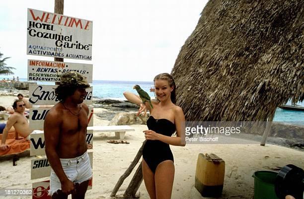 Dietlinde Turban ZDFReihe Traumschiff Folge 5 Karibik/Grenada Karibik Urlaub Badeanzug Strand Einheimischer Papagei Vogel Tier Schauspielerin Promis...