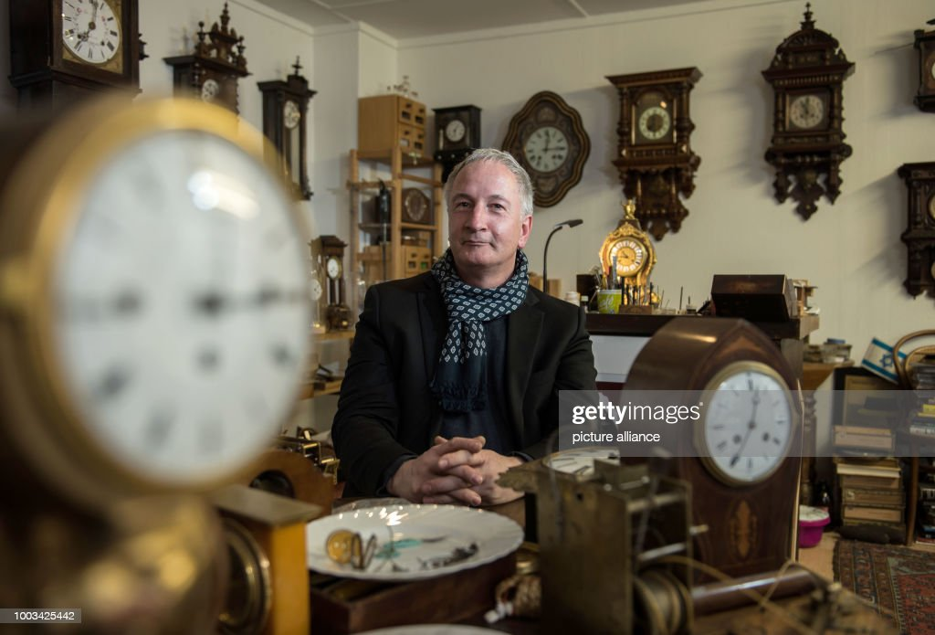 Mainz man repairs old clocks : News Photo