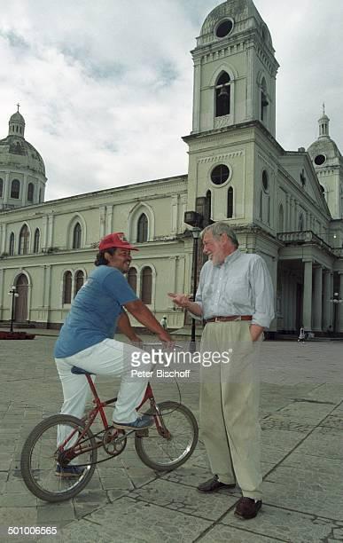 Dietmar Schönherr Einheimischer Kirche Granada Nicaragua PNr339/96 Schauspieler Hemd VollBart Gebäude Fahrrad Promi PS Foto PBischoff/SC