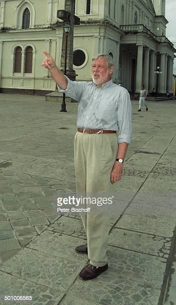 Dietmar Schönherr Kirche Granada Nicaragua PNr339/96 Schauspieler Hemd VollBart Gebäude Promi PS Foto PBischoff/SC