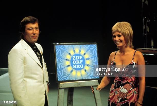 """Dietmar Schönherr mit Ehefrau Vivi Bach, ZDF-TV-Show, """" Wünsch Dir was"""", Studio, Eurovisionszeichen, Schaupieler, TV-Moderator, Promis, Prominenter,..."""