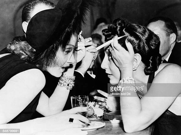 Dietrich Marlene Actress Germany * at a restaurant in Hollywood with Mrs Warner the film producer's wife 1938 Vintage property of ullstein bild