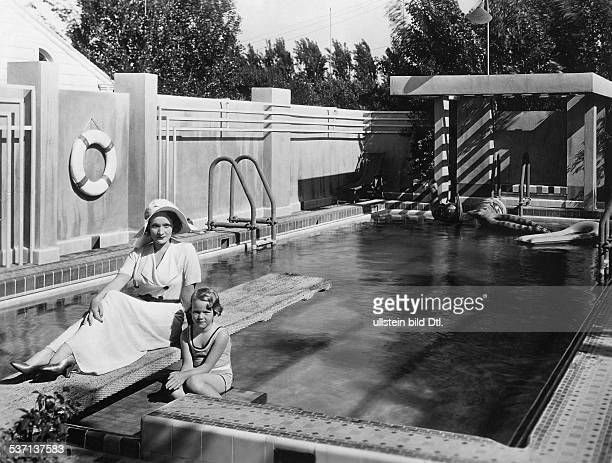 Dietrich Marlene Actress Singer Germany with her daughter Maria at the swimming pool of her villa in Hollywood 1931 Vintage property of ullstein bild