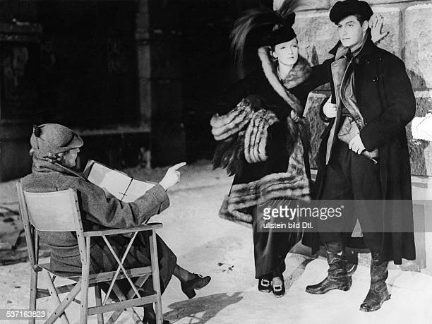 Dietrich Marlene Actress Singer Germany with Robert Donat and the dialogue director during the shooting for the film'Knight without Armour' 1936...
