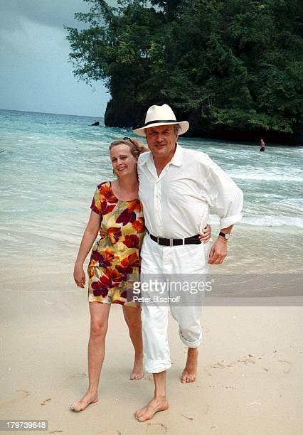 """Dietrich Mattausch mit Lebensgefährtin Nora Barner, am Rande der Dreharbeiten zur ZDF-Reihe """"Traumschiff"""", Folge 32: """"Jamaica / Galapagos-Inseln"""", ,..."""