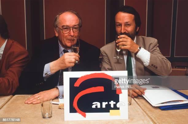 Dietrich Schwartzkopf et Jérôme Clément, vice-président et président de la chaîne de télévision Arte le 25 mai 1992 à Berlin, Allemagne.