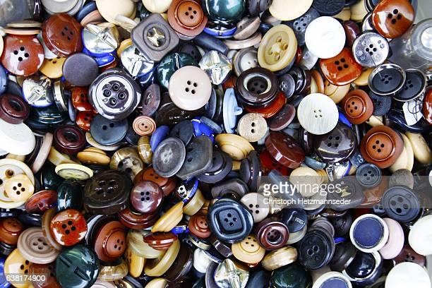 different buttons - botón mercería fotografías e imágenes de stock