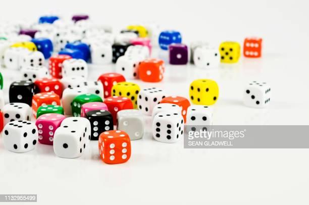 different coloured dice - dobbelsteen stockfoto's en -beelden