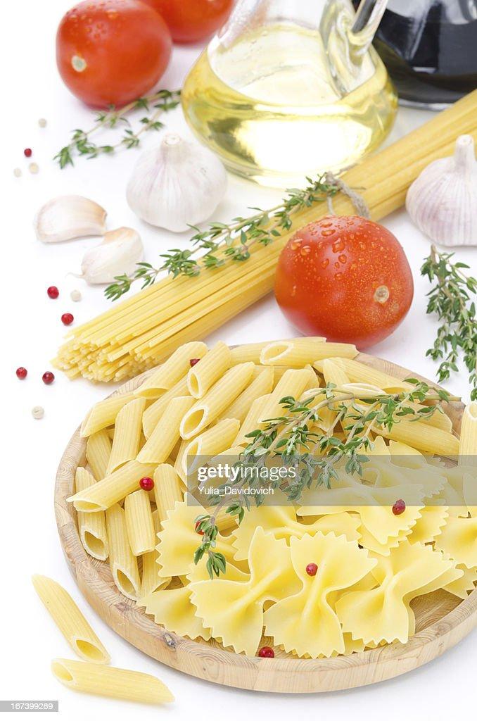 Verschiedene Arten von italienische pasta, Tomaten und Gewürzen : Stock-Foto