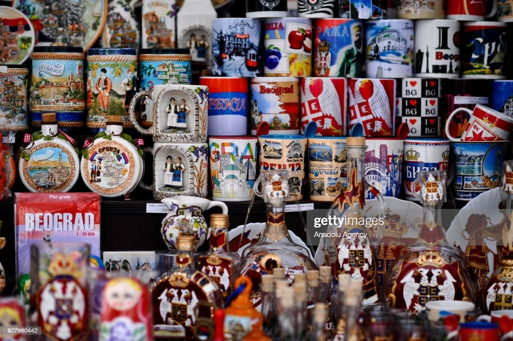 Suveniri - Page 15 Different-kinds-of-souvenirs-are-seen-on-the-kalemegdan-for-tourist-picture-id927980442