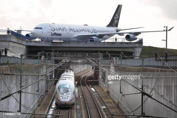 verschiedene verkehrsmittel am frankfurter flughafen - transportmittel stock-fotos und bilder