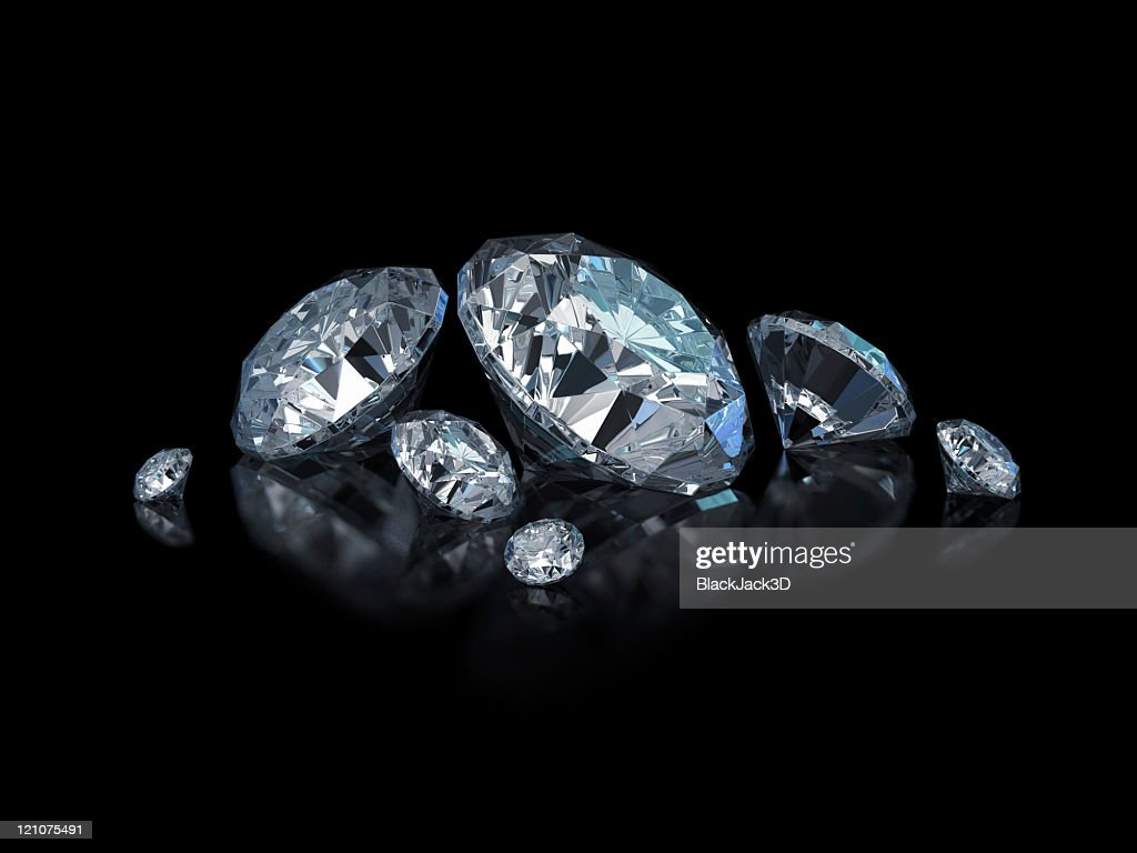 Different sized, cut and polished diamonds isolated on black : Stockfoto