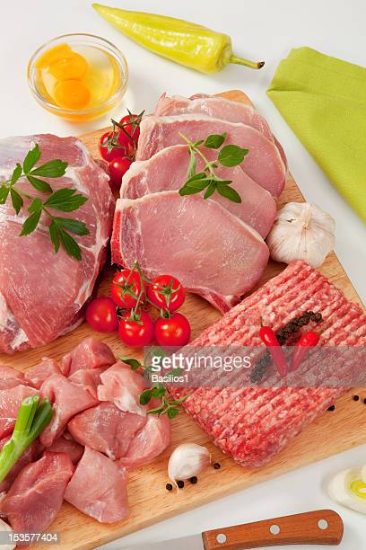 Tipo diferente de carne crua na tábua de corte, garnished
