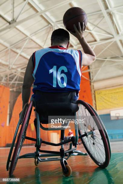 differently abled sportsman playing basketball - cliqueimages - fotografias e filmes do acervo