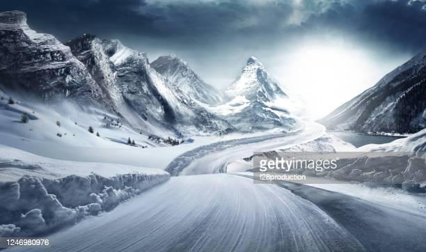 condizioni difficili su strada innevata. - inverno foto e immagini stock
