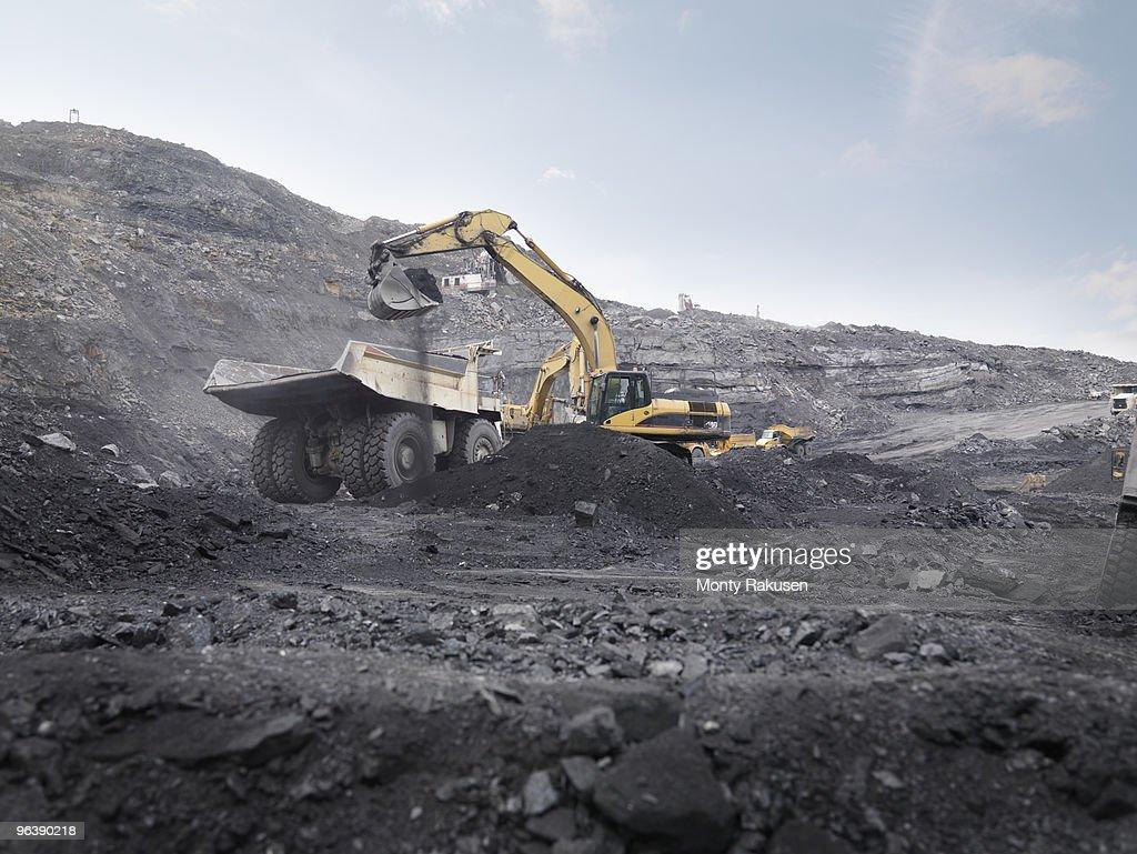 Digger Working In Coal Mine : Foto de stock