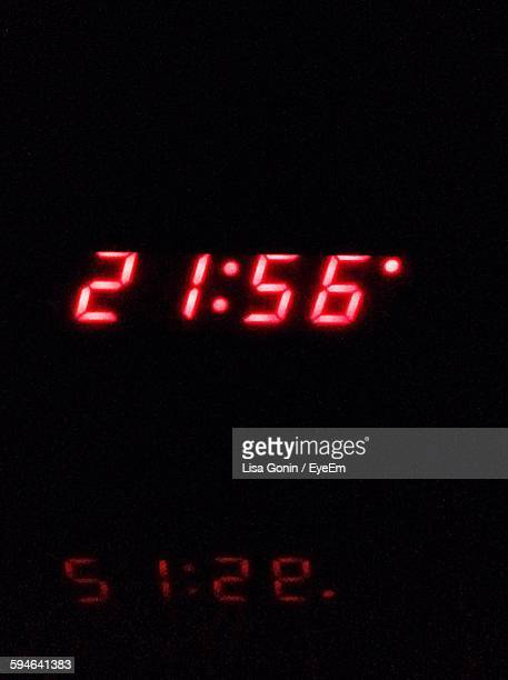 digital clock in darkroom - countdown clock stock-fotos und bilder