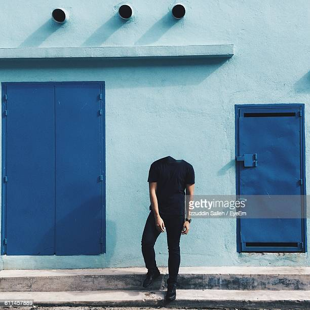 digital composite image of headless man standing on steps against building - decapitado - fotografias e filmes do acervo