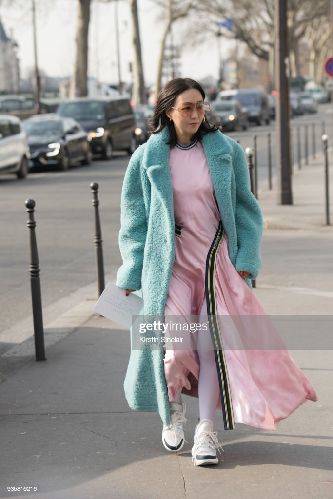 Street Style : Paris Fashion Week Womenswear Fall/Winter 2018/2019 : Day Three : Nachrichtenfoto