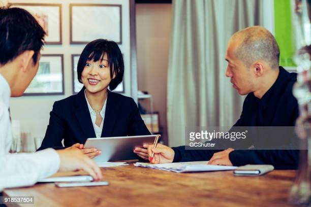 Tableta digital se utiliza entre ejecutivos de empresas para encontrar defectos clave en el plan de negocios.