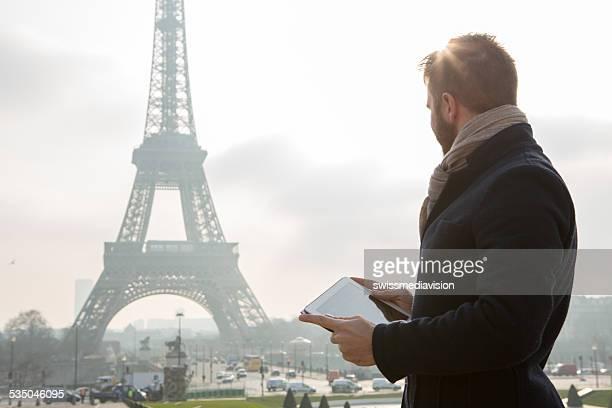 Digitale tablet in der Nähe von Eiffelturm, Paris