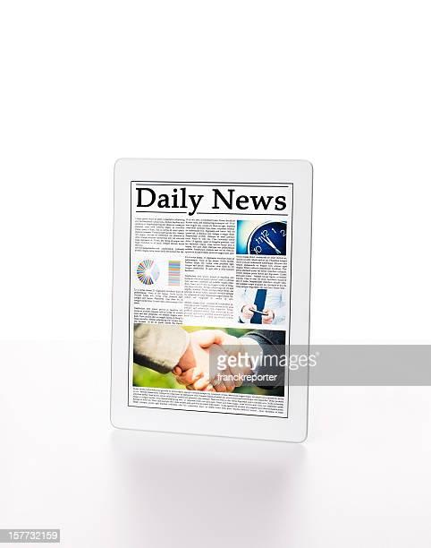 Digitale tablet mit Zeitung auf weißem Hintergrund