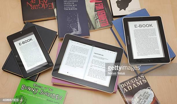 Digitale Tablets und e-Reader mit Büchern