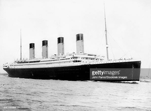 digitally restored vintage maritime history photo of the rms titantic departing southampton on april 10, 1912. - 1910~1919年 ストックフォトと画像