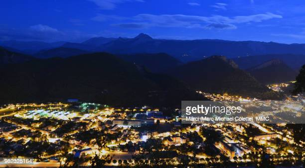 digne les bains bei nacht - nacht stock pictures, royalty-free photos & images