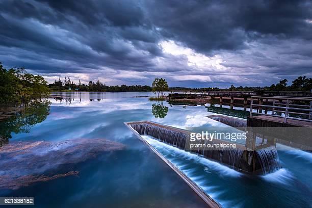 dike in a lake - dique barragem imagens e fotografias de stock