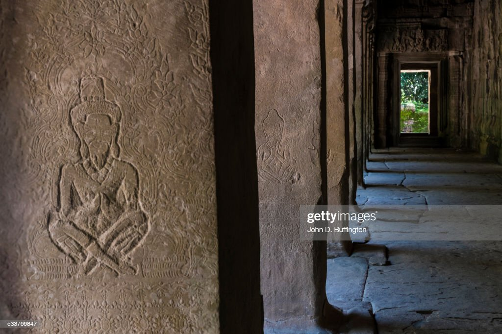 Dilapidated carving in concrete temple walls : Foto stock