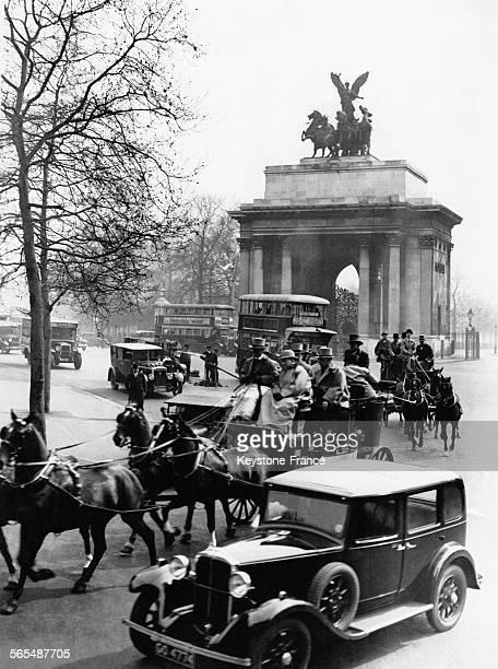Diligence du 'Greyhound' et autres voitures hippomobiles parmi les automobiles sur Constitution Hill à Londres Angleterre RoyaumeUnile 1er mai 1931