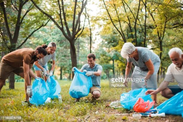 ijverige familie samenwerking en recycling - plukken stockfoto's en -beelden