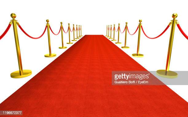diminishing perspective of red carpet against white background - première foto e immagini stock