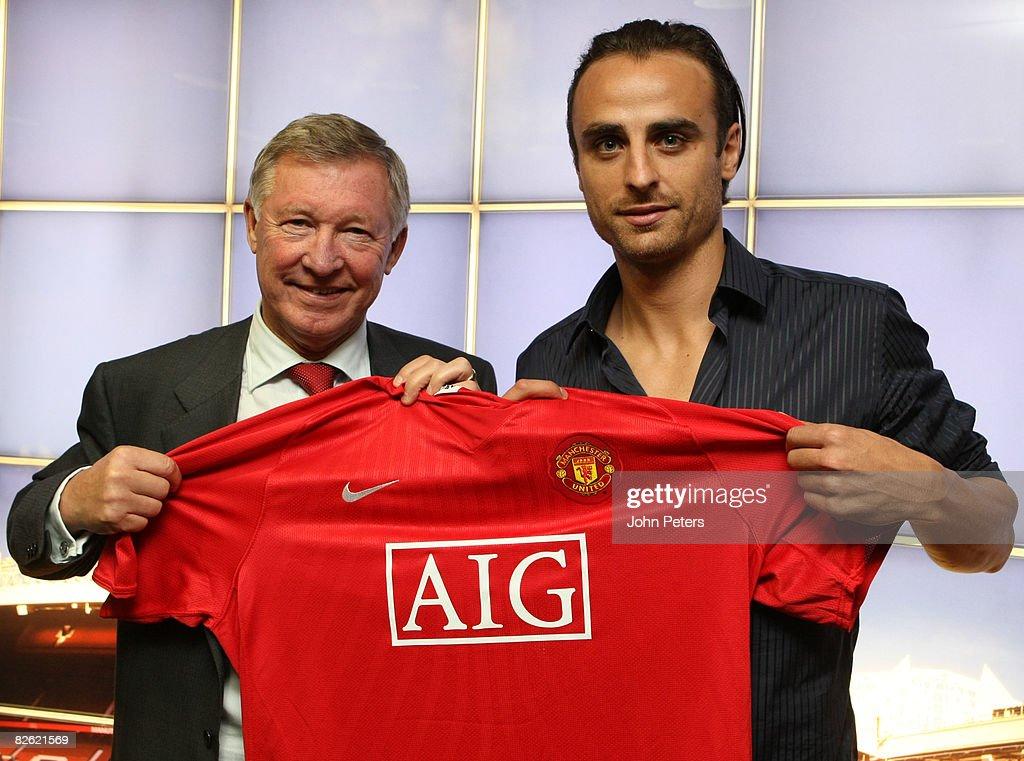 Dimitar Berbatov signs for Manchester United : News Photo