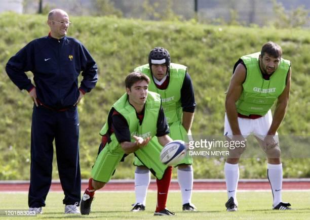 Dimitri Yachvili dégage le ballon sous l'oeil de son entraîneur Bernard Laporte et ses coéquipiers JeanBaptiste Poux et Sébastien Chabal le 02...