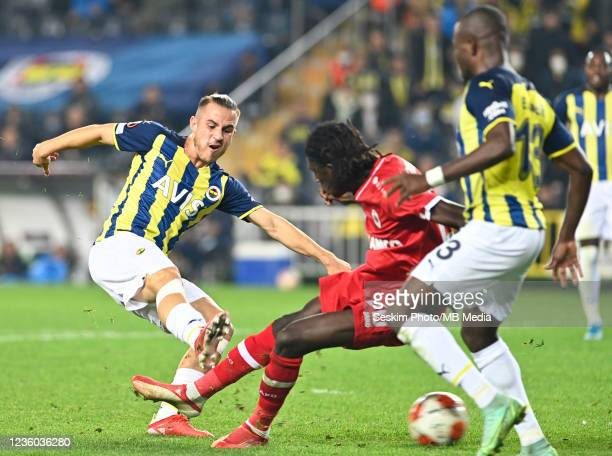 Dimitrios Pelkas of Fenerbahce and Pierre Dwomoh of Antwerp FC during the UEFA Europa League group D match between Fenerbahce and Royal Antwerp FC at...
