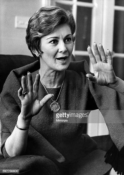Dinah Sheridan Pictured in her home in Notting Hill Gate February 1967 P008069