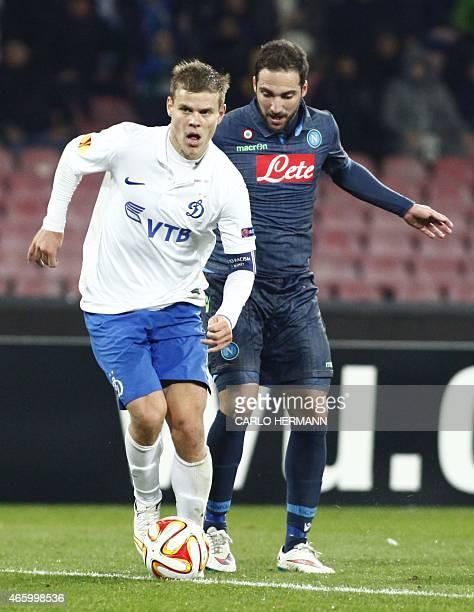 Dinamo Moscow's Russian forward Aleksandr Kokorin fights for the ball with Napoli's Argentinian forward Gonzalo Higuain during the UEFA Europa League...