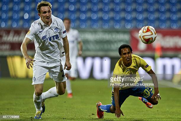 Dinamo Moskva's defender Aleksei Kozlov vies with Estoril's Cape Verdean forward Jailton 'Kuca' Miranda during the UEFA Europa League Group E...
