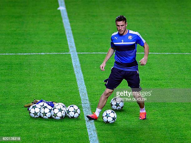 GNK Dinamo's Chilean forward Angelo Henriquez controls a ball during a trainning session at the Sanchez Pizjuan's stadium in Sevilla on November 1 on...