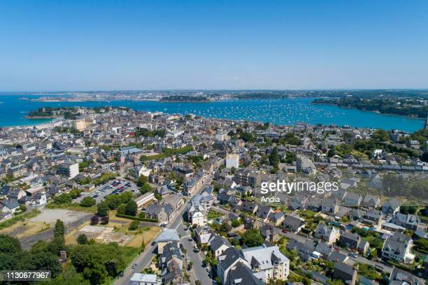Dinard : aerial view of the city and the coast with the Rance estuary and Saint-Malo, viewed from the site of the former station.