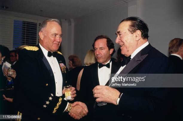 Diner à la Maison Blanche en hommage au Général Norman Schwartzkopf et l'Ambassadeur du Koweit Ici Norman Schwartzkopf et Robert Maxwell