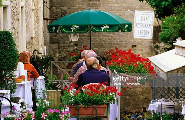 diners at cite outdoor restaurant. - guy carcassonne photos et images de collection