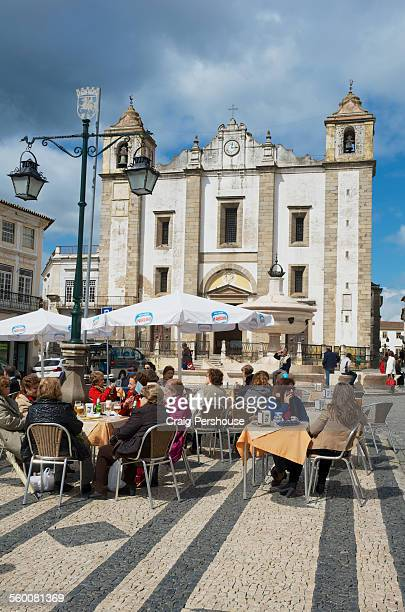 Diners in Praca Giraldo and Santo Antao Church