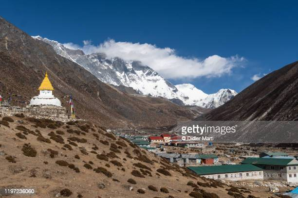 dingboche village with its stupa at the foot of mt everest in the khumbu in nepal - solu khumbu stock pictures, royalty-free photos & images