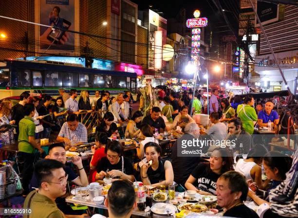 Salle à manger dans la rue dans le quartier de Chinatown, Bangkok, Thaïlande