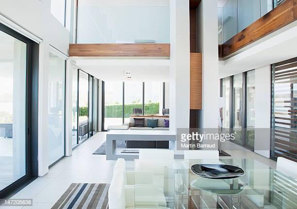 Une salle à manger et un espace ouvert moderne house
